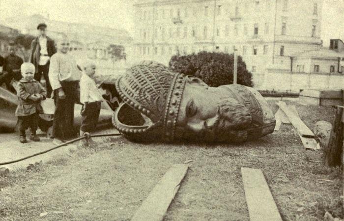 Estátua do Czar Nicolau II como símbolo da queda do czarismo na Rússia em 1917.
