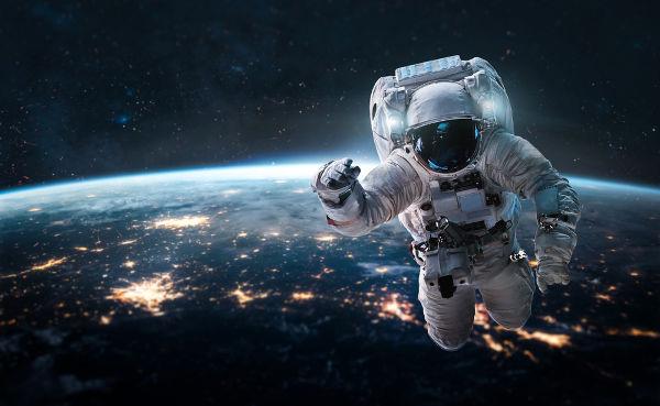 Quanto mais distantes estivermos do centro da Terra, menor será a gravidade a acelerar-nos.