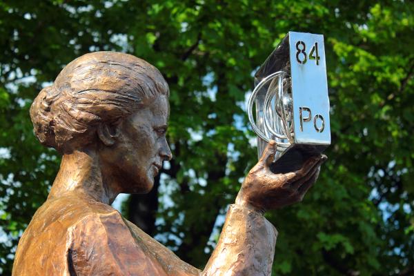 Estátua de Marie Curie com o elemento polônio, em Varsóvia. [3]