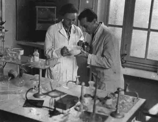 Irène e Frederic no laboratório do Instituto do Rádio. [8]