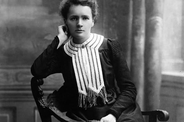Cientista Marie Curie descobriu os elementos rádio e polônio. [1]