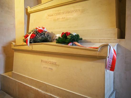 Túmulo de Marie e Pierre Curie no Pantheon, em Paris. [6]