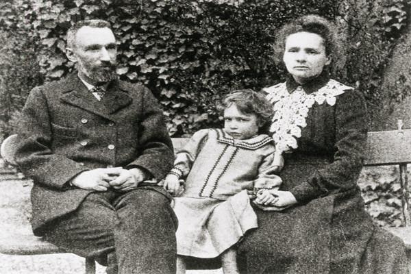 Irène com os pais, Pierre e Marie Curie. [7]