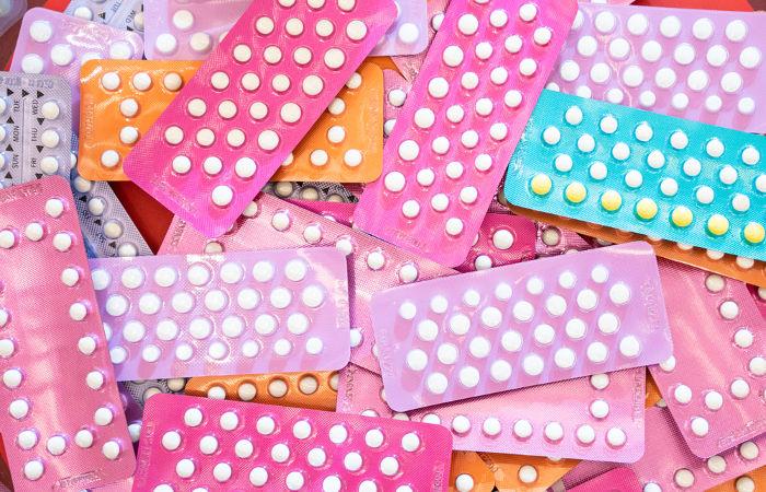 As pílulas anticoncepcionais contêm hormônios femininos sintéticos.