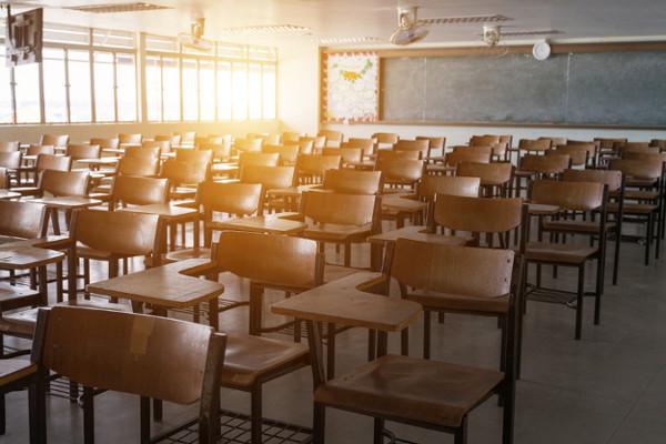 A escola é uma instituição social disciplinar.
