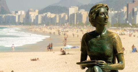 Estátua de Clarice na praia de Copacabana