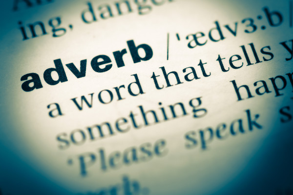 """Há """"adverbs"""" de modo, maneira, tempo, lugar e frequência em inglês."""