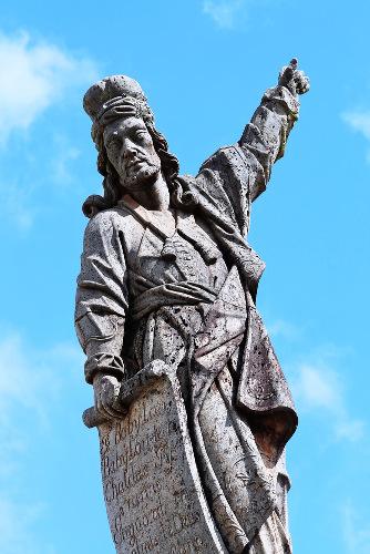 Escultura de Aleijadinho representando o profeta Habacuc.