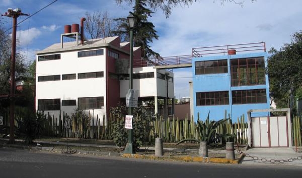As casas em que moraram Frida e Diego na Cidade do México são interligadas por uma ponte. [4]