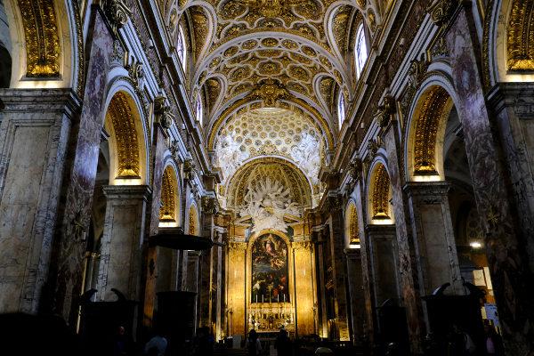 Interior da igreja de São Luís da França, em Roma. Um grande exemplo da arquitetura barroca. [1]