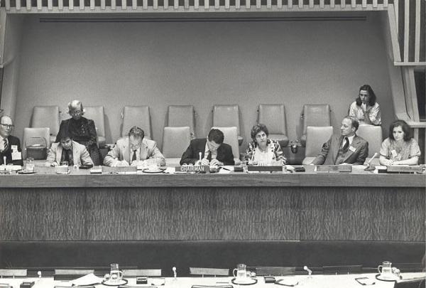 Dorina discursa na Assembleia Geral das Nações Unidas (ONU), em 1981. [3]