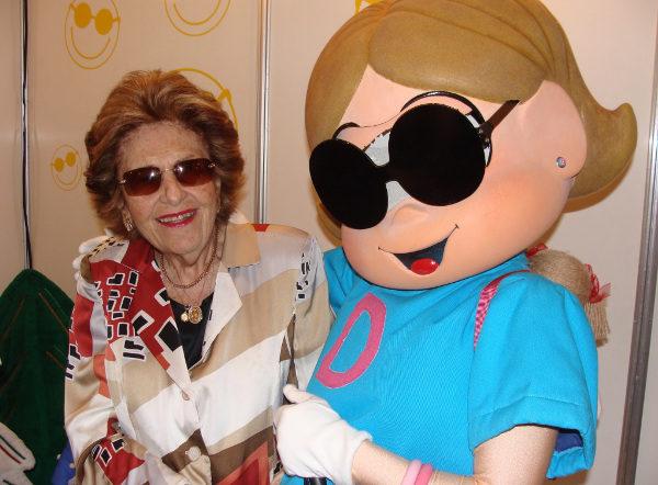 Dorina Nowill ao lado de Dorinha, personagem de Maurício de Souza criada em sua homenagem (2004). [4]