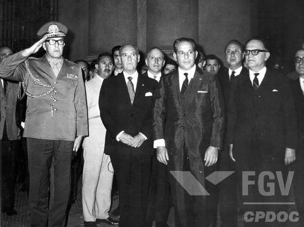 Na imagem, está o presidente Jango e o primeiro-ministro Hermes de Lima (à direita de óculos).[1]