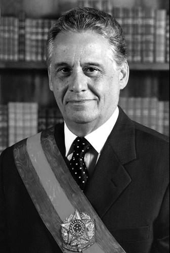 Fernando Henrique Cardoso era Ministro da Fazenda na época de implementação do Plano Real e, depois, tornou-se Presidente da República. [2]