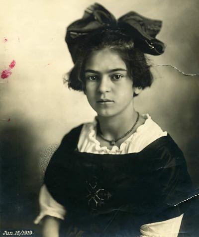 Frida Kahlo, aos 12 anos, já com as sequelas da Poliomelite. [2]