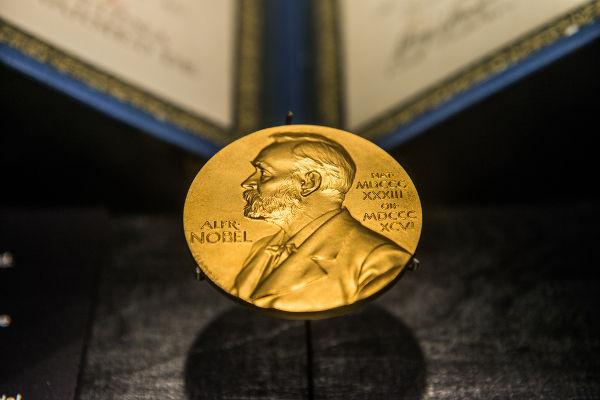 Medalha de ouro com a imagem de Alfred Nobel é o símbolo da premiação. [1]