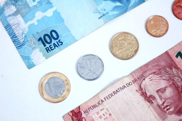 O Plano Real foi responsável pela implementação da moeda que circula ainda hoje no Brasil.