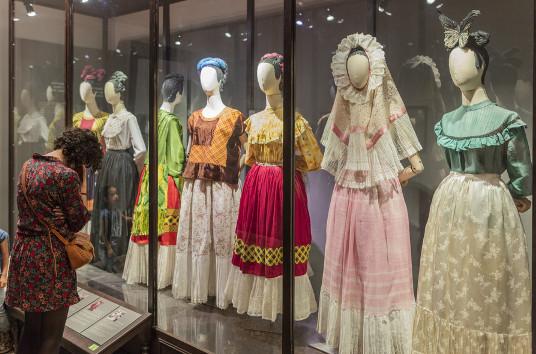 Vestidos de Frida exibidos no Museu Frida Kahlo, em Coyoacán. [7]