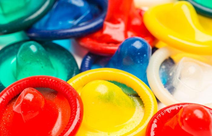 A camisinha é um método que protege contra a gravidez indesejada e as infecções sexualmente transmissíveis.
