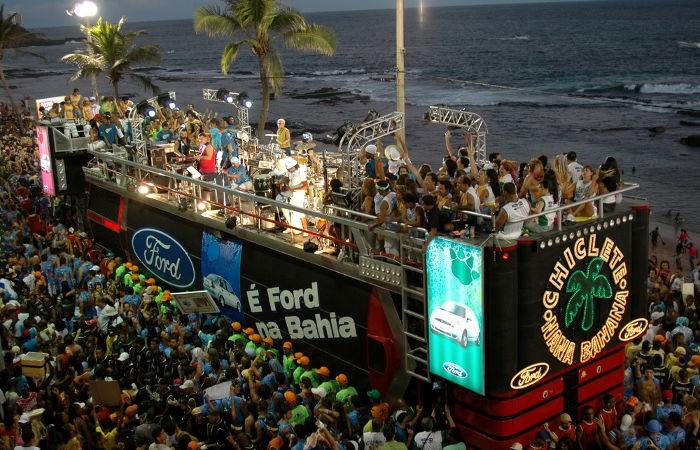 Os blocos de rua puxados pelos trios elétricos são típicos do Carnaval comemorado em Salvador, na Bahia. [1]