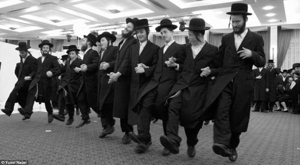 Judeus em dança tradicional da cultura judaica. [3]
