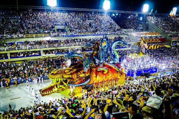 Os desfiles das escolas de samba mais tradicionais do Brasil acontecem no Rio de Janeiro e em São Paulo.