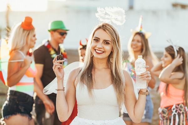 Beber água, além de garantir a hidratação do corpo, é a opção correta, além de outras bebidas não alcoólicas, para aquelas pessoas que dirigirão no carnaval.
