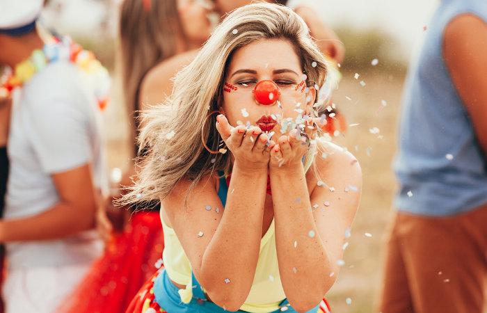 O uso de maquiagens é comum no carnaval, mas é necessário atenção para evitar alergias e irritação na pele.