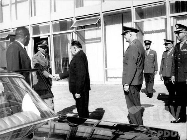 Geisel (à esquerda, fardado) e Castelo Branco (de terno) foram dois dos presidentes da ditadura militar brasileira. [2]