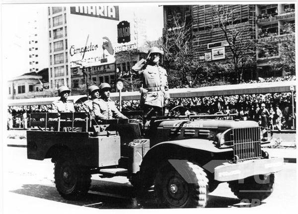 Geisel (em pé, ao centro) foi presidente, durante a ditadura militar, de 1974 a 1979. [1]