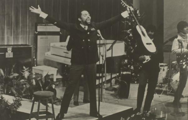 Gilberto Gil apresentando-se no jornal Correio da Manhã, do Rio de Janeiro, na década de 1960.