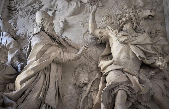 Em 453, o papa Leão I subornou Átila, o líder dos hunos, para que eles não atacassem Roma.