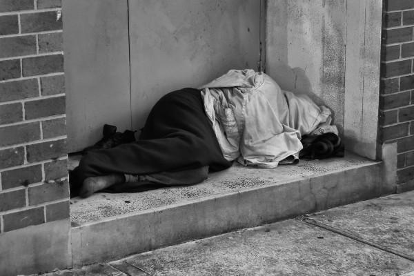 Quando os refugiados e imigrantes em geral não são acolhidos e inseridos na sociedade, eles podem acabar vivendo nas ruas ou caindo na criminalidade.
