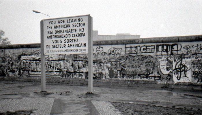 Durante quase três décadas, o Muro de Berlim separou os dois lados da capital alemã.[1]