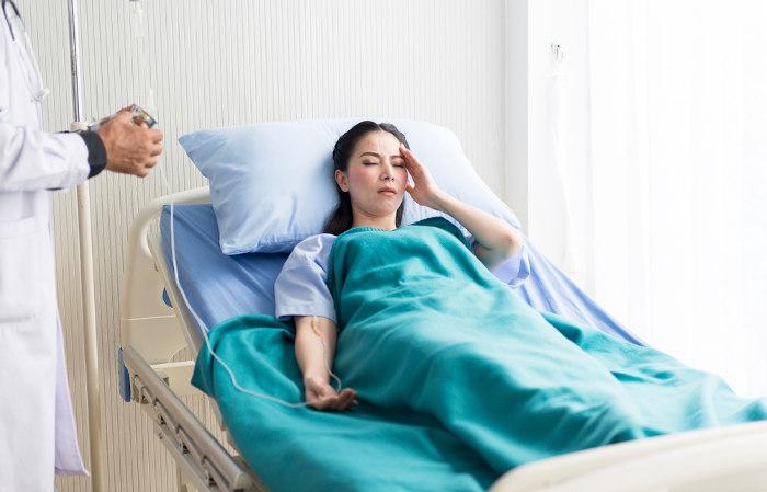 O paciente com febre hemorrágica brasileira sente dor no corpo, mal-estar, febre e prostração.