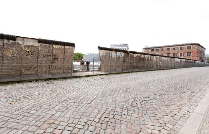 Atualmente, alguns trechos do Muro de Berlim foram preservados em pé na capital alemã.