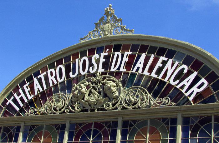 Fachada do Theatro José de Alencar. Patrimônio histórico tombado, o principal teatro de Fortaleza (CE) homenageia o autor.