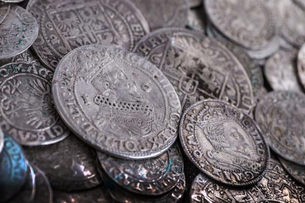 O renascimento comercial requereu a utilização de moedas.
