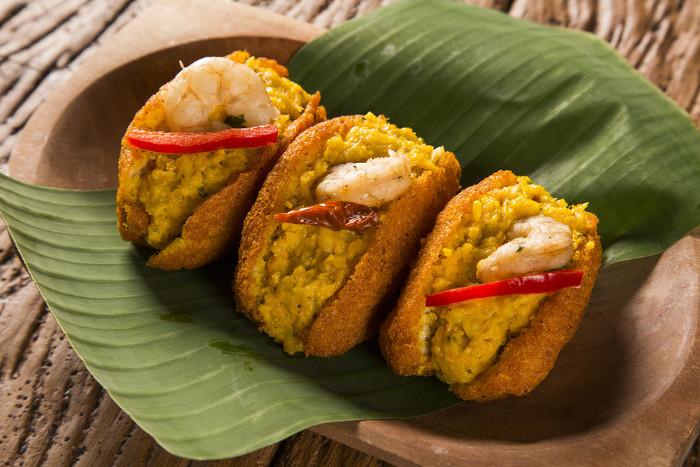 A culinária representa um aspecto importante da identidade cultural de um povo. O acarajé é um elemento da cultura baiana.