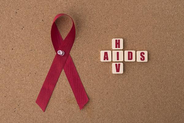 A aids é uma síndrome desencadeada pelo HIV. Quem é HIV positivo não necessariamente está com aids.