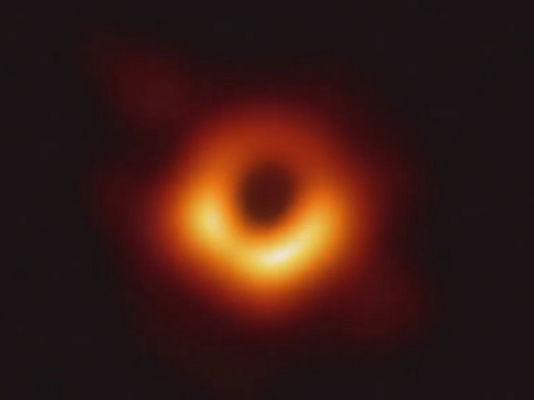 Fotografia do buraco negro M87, cerca de 6,5 bilhões de vezes mais massivo que o Sol. [1]