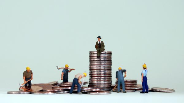 A desigualdade social causa uma distorção econômica que afeta negativamente a maioria mais pobre da população.