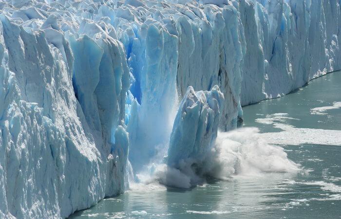 O derretimento das calotas polares e o consequente aumento do nível do mar são consequências das mudanças climáticas.