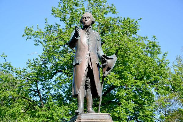 O monumento a Immanuel Kant localiza-se na região de sua antiga cidade natal, atual Kaliningrado (Rússia).