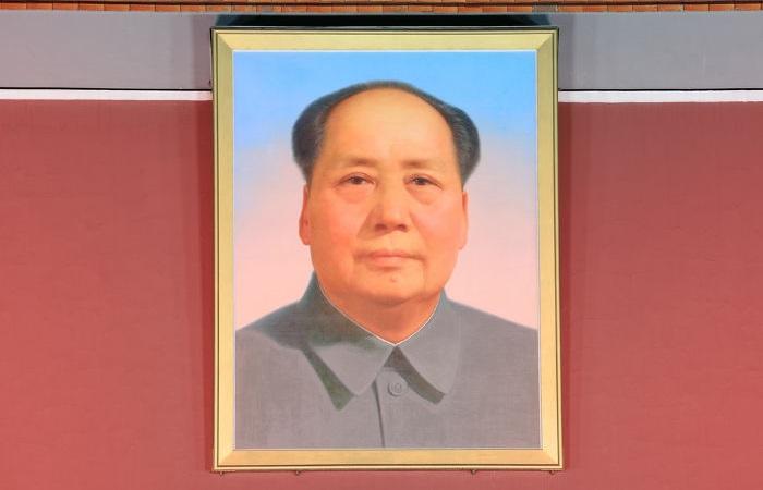 Mao Tsé-Tung esteve no comando da China direta ou indiretamente de 1949 a 1973.[1]
