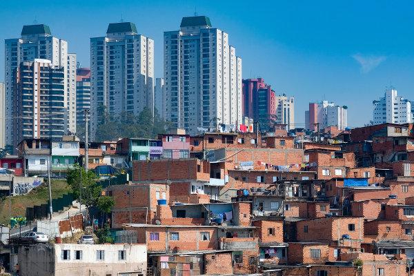 A favela de Paraisópolis (São Paulo) está localizada ao lado de condomínios de luxo. A paisagem ilustra a desigualdade social brasileira.