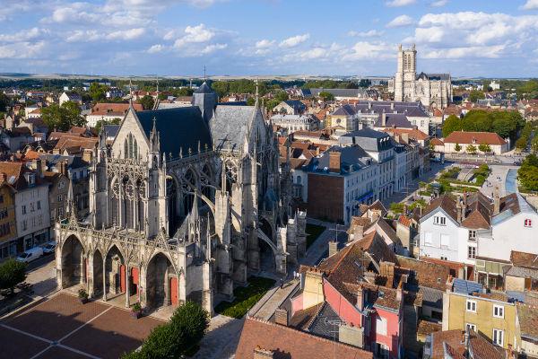 Troyes, na França, abrigava a feira de Champagne durante os meses de julho, agosto, novembro e dezembro.