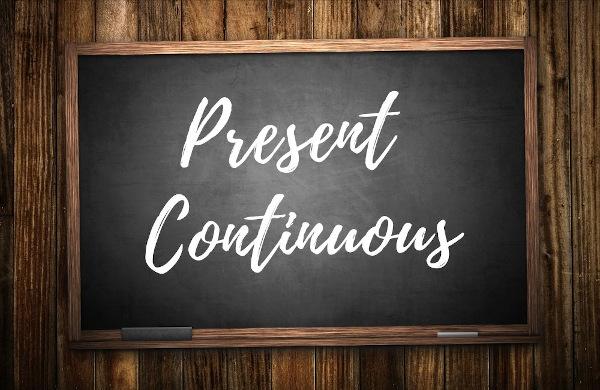 O present continuous expressa a ideia de uma ação em desenvolvimento no momento de fala.