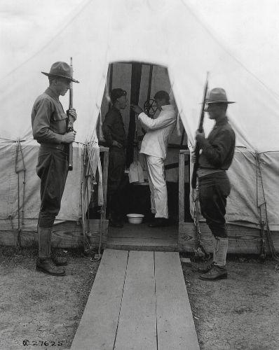 Diversos locais improvisaram hospitais para atender e tratar as pessoas que adoeciam da Gripe Espanhola.