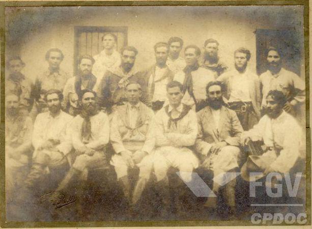 Luís Carlos Prestes (sentado, é o 3º da esquerda para a direita) foi um dos grandes líderes da Coluna Prestes.[1]